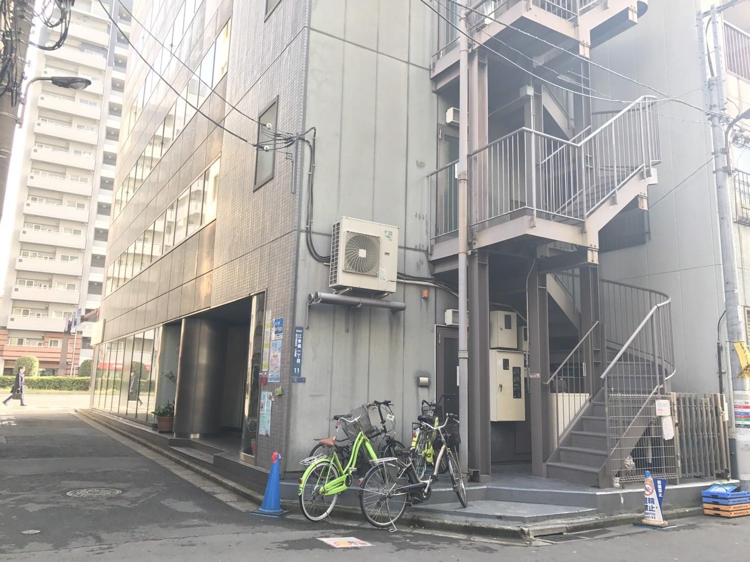 右側にあるビルのイメージ写真